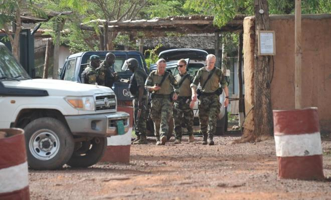 Militares europeos y de Mali, en el hotel de Bamako donde se produjo...