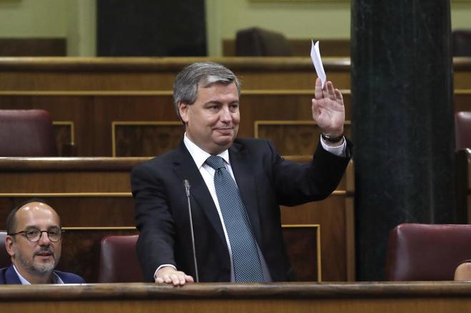 El diputado de PDeCAT Jordi Xuclá interviene desde su escaño durante...