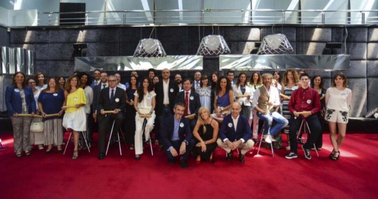 Los 21 galardonados posan junto al jurado en una foto de familia...