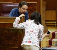 Margarita Robles y Pablo Iglesias hablan en el Congreso.