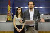 El secretario general de Podemos, Pablo Iglesias, junto a la portavoz...