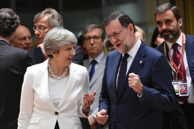 """Rajoy llama a Sánchez al entendimiento en asuntos de Estado y a mantener una reunión """"cuando él quiera"""""""