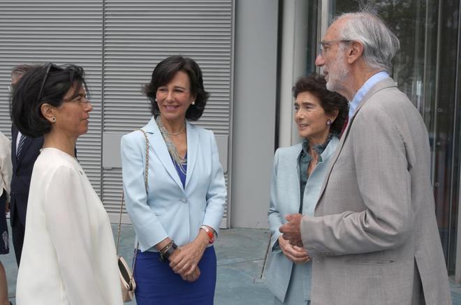 Carmen y Ana Patricia Botín, junto a Paloma O' Shea conversan con el arquitecto italiano Renzo Piano