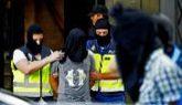 Agentes policiales trasladan a uno de los detenidos en Madrid.