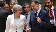 Mariano Rajoy charla con la primera ministra británica, Theresa May,...