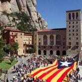 Imagen de una gran bandera 'estelada' desplegada frente al Monasterio...