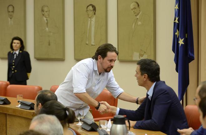 Pablo Iglesias saluda a Pedro Sánchez en una reunión de la...