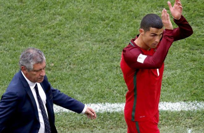 Cristiano Ronaldo aplaude a los aficionados tras ser sustituido ante Nueva Zelanda.