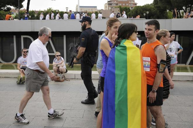 Un policía armado vigila los alrededores de la Plaza de Colón, en el...