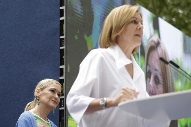 María Dolores de Cospedal, junto a Cristina Cifuentes, en el acto...
