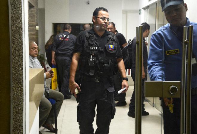 Agentes especiales de Colombia, durante el registro a la filial del...
