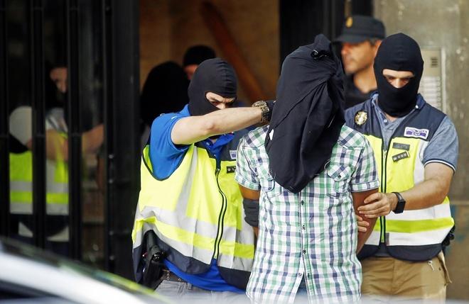 Agentes de la Policía Nacional custodiando al último yihadista...