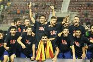 Los jugadores del Barça B celebran el ascenso a Segunda A tras imponerse en la ronda final al Racing.