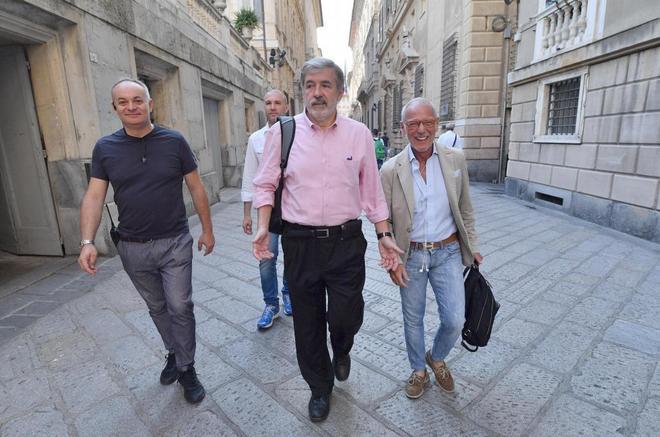 El nuevo alcalde de Génova, el conservador Marco Bucci, (centro), se dirige a la alcaldía.