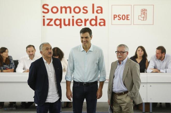Pedro Sánchez, ayer en Ferraz con los líderes de UGT, Josep Maria...