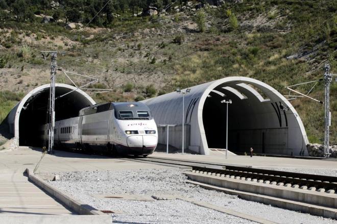 Un tren AVE de Renfe pasa a través del túnel Perthus que une España y Francia.