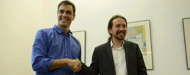 Pedro Sánchez y Pablo Iglesias se dan la mano antes del comienzo de...