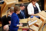 La 'premier' escocesa Nicola Sturgeon se dirige al Parlamento en Edimburgo.