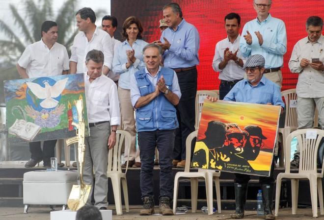 El líder de las FARC, 'Timochenko' (dcha.), junto al jefe de la misión de la ONU en Colombia, Jean Arnault (centro), y el presidente colombiano Juan Manuel Santos (izda).