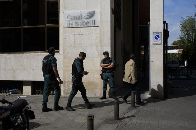 Agentes de la Guardia Civil custodian la sede del Canal de Isabel II...