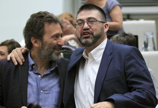 El concejal de Ahora Madrid, Carlos Sánchez Mato (d), junto al tercer teniente de alcalde, Mauricio Valiente (i).