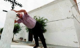 Un vecino de Narila (Granada) bebiendo de una fuente en la localidad...