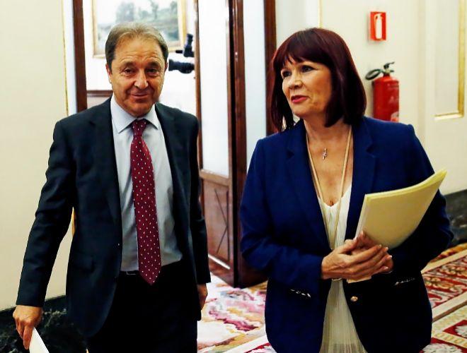 Los dos miembros socialistas de la Mesa de las Cortes, Juan Luis Gordo...
