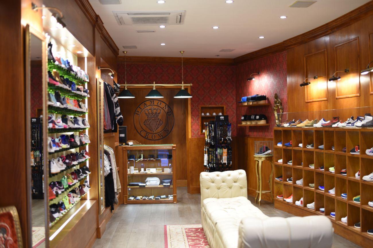 Interior de la tienda Diamond Crown, tienda especializada en sneakers en Madrid