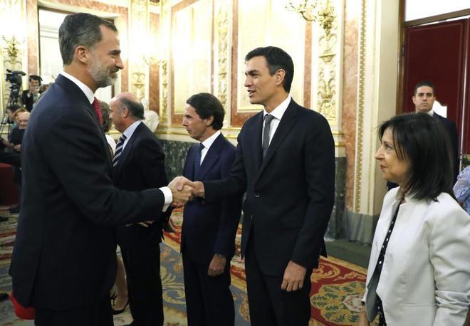 El Rey saluda al secretario general del PSOE, Pedro Sánchez, durante...