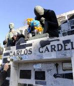 El mausoleo de Gardel, con pintadas, en el cementerio bonaerense de...