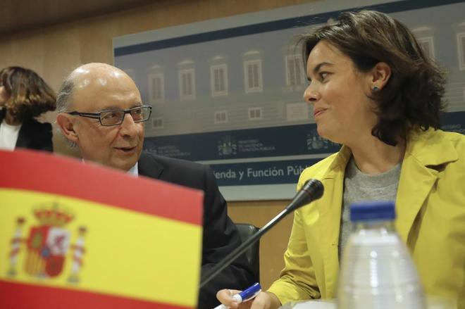 Soraya Sáenz de Santamaría y Cristóbal Montoro en el Consejo de...