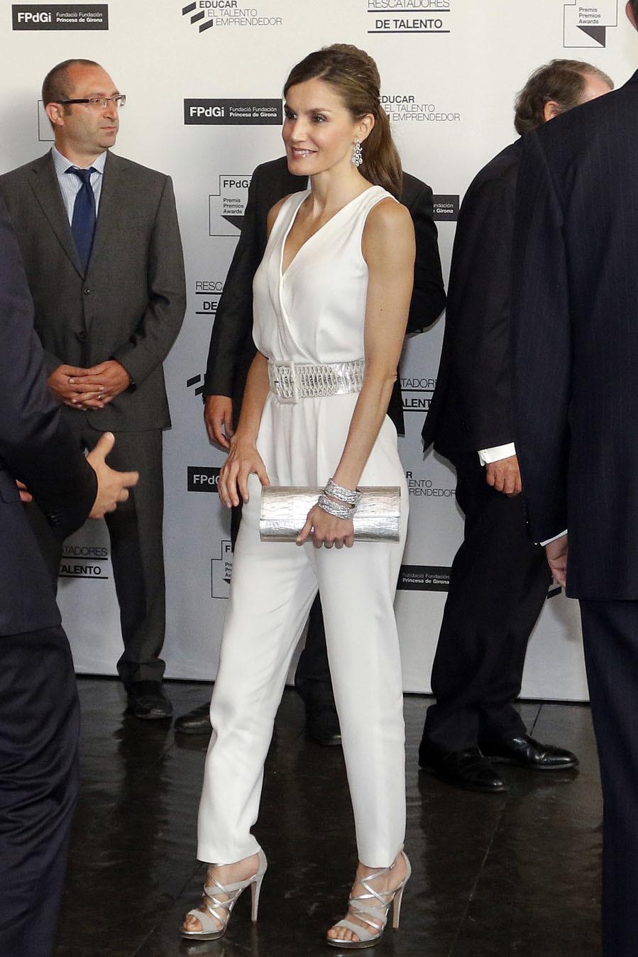 Letizia, con mono blanco, en los Premios Fundación Princesa de Girona