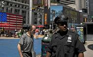 Un policía de Nueva York vigila los alrededores de Times Square en el centro de la ciudad norteamericana.