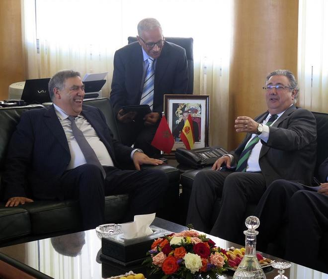 El ministro del Interior, Juan Ignacio Zoido, conversa con su homólogo marroquí, Abdelouafi Laftif.
