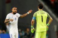 Arturo Vidal y Claudio Bravo conversan, en la semifinal de la Confederaciones ante Portugal.