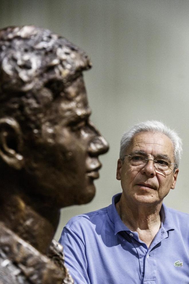 Carlos Totorica, alcalde de Ermua, junto a un busto del concejal...