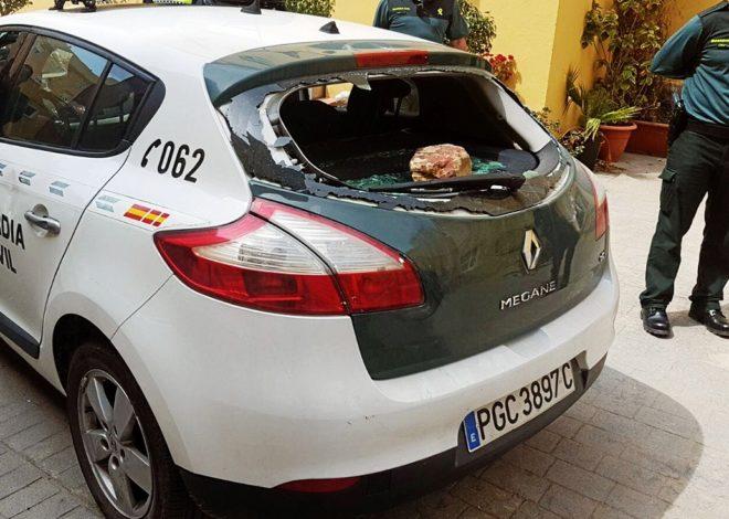 Detalle de un vehículo de la Guardia Civil tras ser apedreado en La...