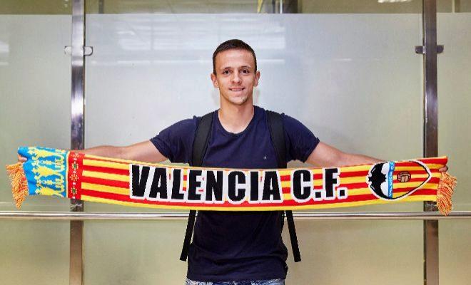 El centrocampista serbio Nemanja Maksimovic, tras llegar este domingo a Valencia.