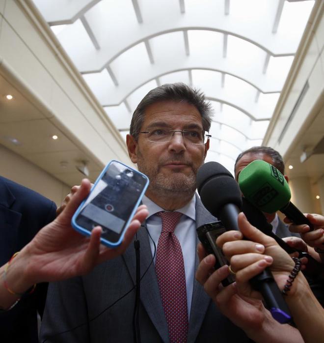 El ministro de Justicia, Rafael Catalá, en los pasillos del Senado.
