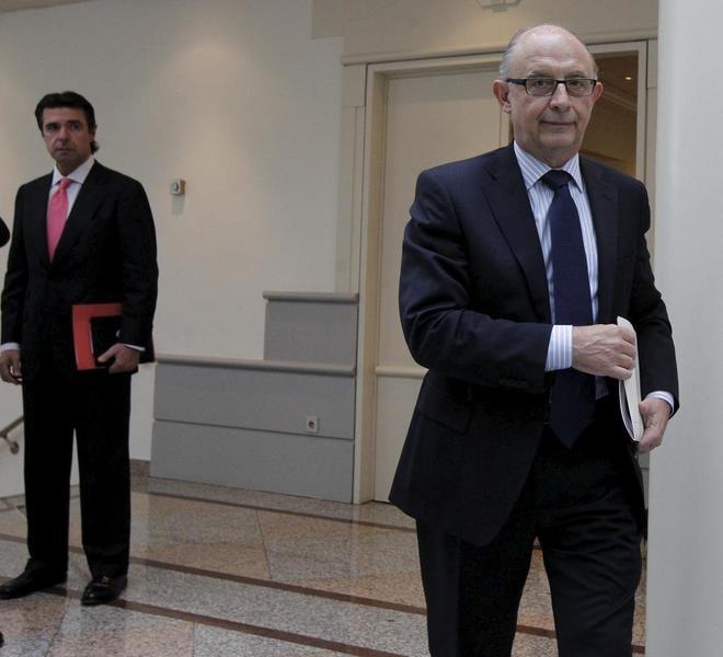 José Manuel Soria observa a Cristóbal Montoro en el Senado, en junio de 2013.