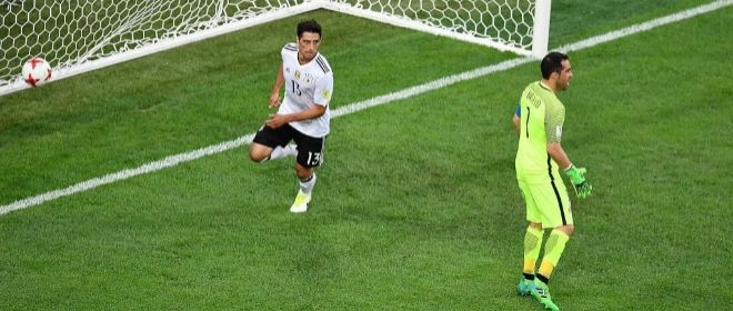 Stindl festeja ante Bravo el gol de la victoria en San Petersburgo.
