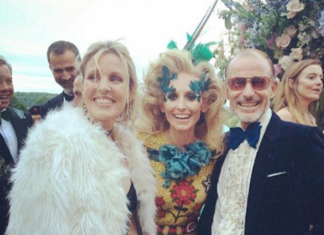 El Rey Felipe, detrás de Sidney Fynch (con abrigo blanco), Pía Getty y Kyril de Bulgaria, riéndose con Michael S. Smith, en el cumpleaños de Pablo de Grecia