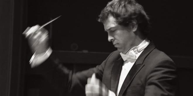 David Sánchez Castejón dirigiendo una orquesta.