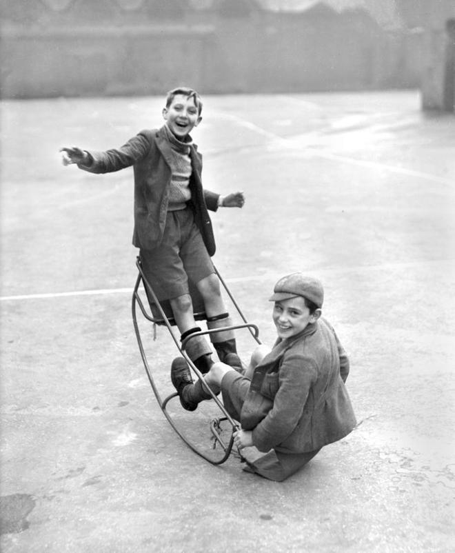 Dos niños juegan en un balancín en una escuela del East End en Londres, en octubre de 1940.