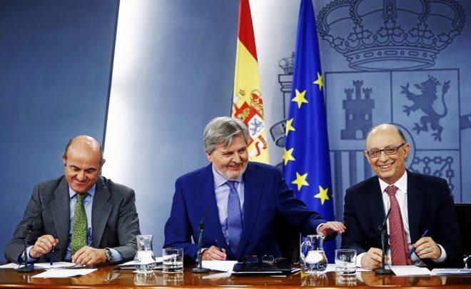 Luis de Guindos, Íñigo Méndez de Vigo y Cristóbal Montoro, ayer en Moncloa, tras la reunión del Consejo de Ministros.