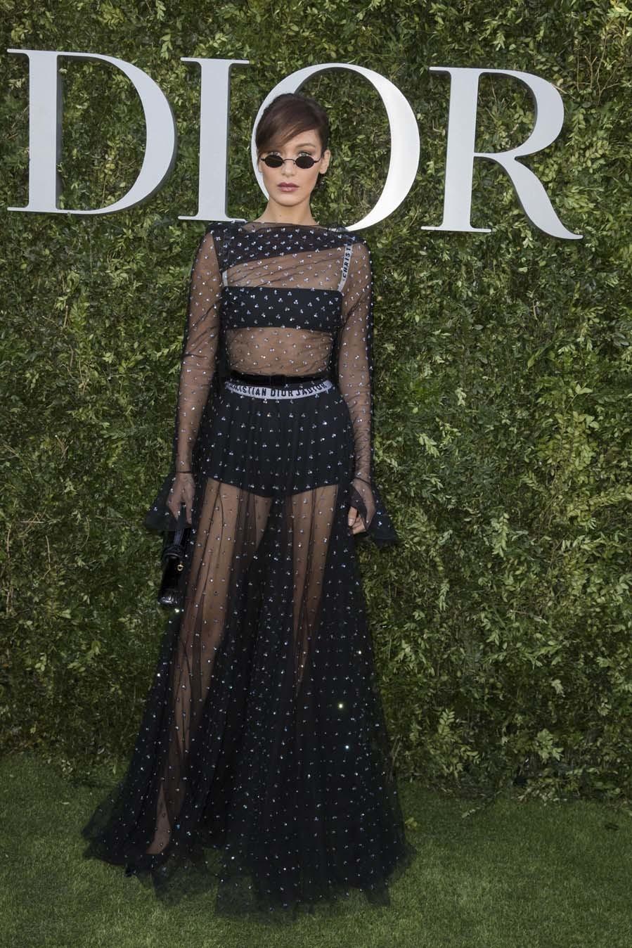 Bella Hadid en la exposición del 70 aniversario de Dior