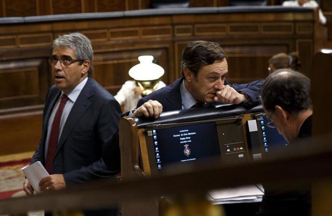 Homs pasa por delante de Rafael Hernando y Mariano Rajoy en el...