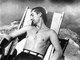 Manolete toma el sol sobre una tumbona , durante unas vacaciones.