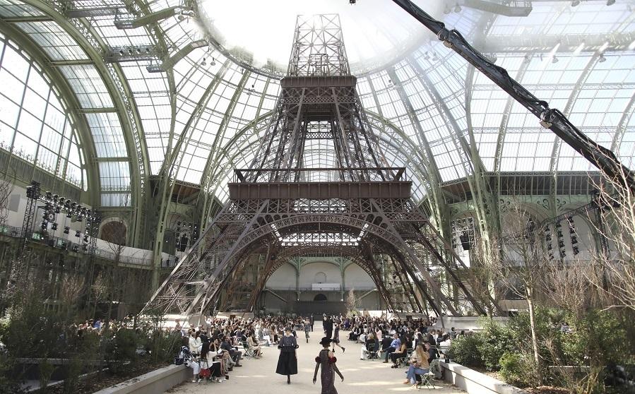 Lagerfeld ha trasladado la Torre Eiffel al Gran Palais para el desfile...