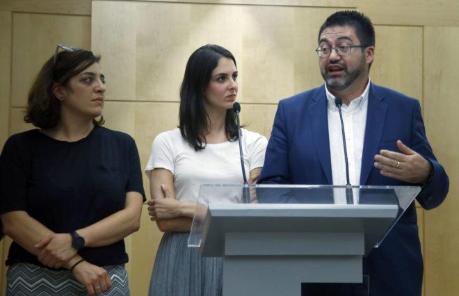 Los concejales del Ayuntamiento de Madrid Celia Mayer y Carlos Sánchez Mato, junto a la portavoz, Rita Maestre (en el centro, en la foto).